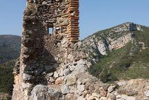 Castell de Pratdip / Els castell de Pratdip es situa al punt més alt del municipi, domina la vista sobre un extens territori. Actualment només es conserven algunes parets i parts parcials dels merlets de l'edificació original. Deixà d'estar habitat a finals del segle XVII i l'any 1846 un terratrèmol hi ocasionà importants desperfectes. Algunes parets del castell caigueren i a la roca es formaren grans clivelles.