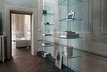 Glazen vitrines / Bij GlazenDesignTafel.nl kunt u ook terecht voor glazen vitrine(kasten). Ontworpen door Italiaanse kustenaars. Veelal met de hand vervaardigd in Pescara Italië.