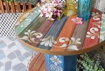 mesa feita de bobina de madeira pintada toda colorida lindaaaa
