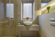 Vonios kambarys | Apšvietimo idėjos / Vonios kambario apšvietimas. Labai svarbu teisingai apšviesta vonia - juk norime save veidrodyje matyti kokybiškai apšviestą, pastebėti detales. LED panelės, sieniniai šviestuvai prie veidrodžių, LED juostos gali suformuoti ryškią prabangą vonios kambaryje. www.elmo.lt
