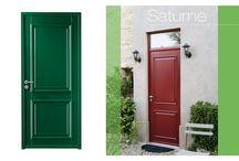 Dans l'entrée / Lapeyre vous propose une gamme complète de portes d'entrée de style classique ou contemporain, pleines ou vitrées, en aluminium, PVC, acier ou bois, aux caractéristiques variées.