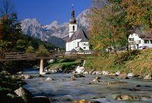 Ramsau: Dass Bergsteigerdorf in Bayern / Idyllisch gelegen und eingebettet in eine malerische Landschaft zwischen mythischen Bergen, Zauberwald und magischem Hintersee. Naturliebhaber aus aller Welt reisen schon seit Generationen in dieses kleine Dorf, um sich an der atemberaubenden Natur zu erfreuen.  Maler fanden hier unzählige Motive und es ist nicht schwer zu verstehen, warum. Ganz besonders aufregend sind die Wimbachklamm, der Blaueisgletscher und die wilden Felswände der Ramsauer Dolomiten. Eben ein echtes Bergsteigerdorf