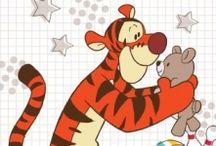 Fototapet Winnie the Pooh / Winnie the Pooh si prietenii lui sar in ajutorul vostru sa decoreze camerele celor mici! Desenele animate cu ursuletul buclucas sunt disponibile acum si pe fototapet Winnie the Pooh. Schimba ambianta din camera celor mici cu una vesela si colorata, cu ajutorul modelelor de fototapet Walt Disney. Colectia contine modele dedicate baieteilor, cat si modele pentru fetite. Foarte usor de montat si intretinut, fototapetul cu ursuletul Winnie transforma orice perete intr-o clipa.