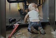 Pas facile, la plomberie, avec les mains dans les poches !