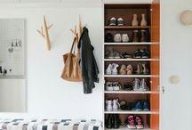 Mood Board - Entré / Når man kommer ind i huset, må der gerne være en rummelig og lys entré.  *Vi vil gerne kunne sidde ned og tage sko af og på, uden at få en masse jakker i hovedet.  *Garderobe til overtøj og sko, som man ikke bruger så tit. *Knager/stativ til det overtøj, sko og tasker som man bruger ofte. *Gæstetoilet/bad