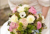 FLORES ARTIFICIALES PARA LA NOVIA / Cada vez son más las novias que elijen para sus ramos flores artificiales. La misma vistosidad y esplendor que las flores naturales pero con la ventaja de que perduran eternamente.