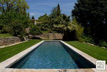 Reportage photo : un bassin de nage traditionnel / Posé comme un tapis au milieu du jardin ce bassin de nage traditionnel équipée d'une simple margelle en pierre naturelle est époustouflant par son esthétisme intemporel.