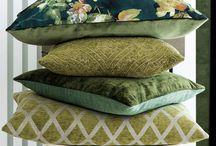 Pagunette Greenery / Greenery er et farvetema, der emmer af de første spæde forårsdage med inspiration fra naturen med botaniske detaljer og friske grønne nuancer. Lad dig inspirere af årets helt store trend og tilfør dit hjem et strejf af natur med gardiner og accessories fra farvetemaet Greenery.