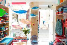 Boutiques / Shops / Tissus, objets de décoration, linge de maison, linge pour enfants, lampions, cerfs volant, mobilier, le monde Petit Pan bouillonne de couleur.