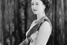 Sparkling Queen / Let's start a journey through the glittering jewels of the British Crown... #england #jewels #crown #crownjewels #queen #elizabeth #inghilterra #gioiellicorona #gioielli #regina #elisabetta