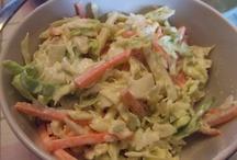 Ensalada de repollo, manzana y zanahoria con salsa especial