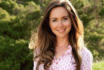 Julie Morris / Természetes alapanyagokból dolgozó séf, a teljes értékű, növényi alapú étrend elkötelezettje és a superfood szakértője.