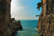 Campania - Nice Places / Il turismo che attira la regione Campania è diversificato potendo rispondere ad ogni tipo di scelta da parte del visitatore, dal turismo storico-artistico al turismo religioso a quello balneare fino ad arrivare al turismo naturalistico ed enogastronomico con la rivalutazione delle aree interne del Sannio e dell'Irpinia.