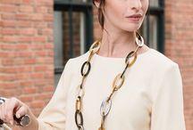 Look Amsterdam / Sportlich-elegant kommt dieses Oberteil daher und harmoniert perfekt mit der außergewöhnlichen Hornkette und puristischem Hornarmreif. Ein stylischer Look für einen erfolgreichen Business-Tag oder ein Sektfrühstück mit der besten Freundin.