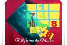 Bingo / O Bingo é um jogo para duas pessoas. Este jogo é feito de papel cartonado forrado a feltro.   O tamanho dos cartões é A5 e os cartões pequenos têm, mais ou menos, 4 x 7 cm.  Aceitam-se encomendas com números diferentes daqueles que estão nas fotografias.  Para mais informações: mensagem privada ou aoficinadamoika@gmail.com