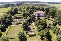 Nakomiady - Pałac / Pałac w Nakomiadach rodziny von Hoverbeck. Pierwszy pałac Hoverbeckovie wznieśli w latach 1664–1680 w stylu barokowym, w 1705 r. rozpoczęto jego przebudowę i nadano dzisiejszy wygląd, w 1789 r. pałac i majątek przejął ród von Rodecker, który rezydował w majątku do 1945 r. Po II wojnie św. w  majątku utworzono PGR. W pałacu działała szkoła, przedszkole, świetlica i mieszkania pracowników. W 1998 r. został kupiony przez prywatne osoby i po remoncie otworzono w pałacu hotel.
