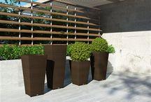 Scaleo Royal / Kvetináče SCALEO z okrúhleho umelého ratanu skvele dopĺňajú interiér aj exteriér s nábytkom z okrúhleho umelého ratanu. Sú k dispozícii v troch rozmeroch.  Konštrukcia je zo zváraného hliníka, výplet z kvalitného okrúhleho polyuretanu.
