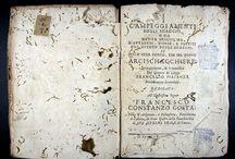 APADRINAT!I Campeggiamenti degli scacchi, o sia Nvova disciplina d'attacchi, difese e partiti ... / Francesco Piacenza, fou un gran jugador d'escacs. Encara que la seva obra en el seu temps no va tenir ressò, avui és un important referent per conèixer la tàctica i teoria del joc dels escacs al segle XVII. Inventà un tauler de 100 caselles i introduí dues figures: el centurió i decurió. L'obra de 1683 presenta un retrat xilogràfic de l'autor, un escut i tres gravats de taulers d'escacs.  Al CCPBE només figura l'exemplar de la Universitat de Barcelona.