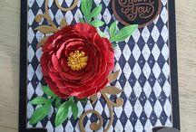 Felicitare cu bujor rosu / felicitare cu floare tridimensionala din hartie pe find alb-negru in romburi