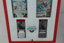 Kaugummiautomaten / Bei einem Spaziergang fiel mir ein alter Kaugummiautomat auf und aus nostalgischen Gründen fotografierte ich ihn. Seitdem sind mir immer mehr davon aufgefallen und an jedem, an dem ich vorbei komme, bleibe ich stehen und mache ein Foto. Mir gefällt das Motiv, es ist einfach eine schöne Kindheitserinnerung. Nun sind sie zu einem meiner liebsten Motive geworden und ich möchte sie mit anderen Menschen teilen.