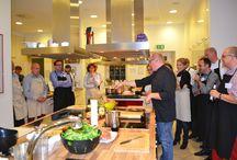 WOHN-Küche / WOHN-KÜCHE ist eine Veranstaltungsreihe, bei der  Vertreter aus der Wohnungs- und Immobilienwirtschaft eingeladen sind, Kontakte zu knüpfen, gemeinsam zu kochen und zu genießen. Die extravagante Menüfolge wird in kleinen Gruppen zubereitet – Unterstützung gibt's vom Chef de la Cuisine. Ergänzt wird das kulinarische Ereignis von ausgewählten Weinen. Die zwanglose Atmosphäre bietet zudem Raum für anregende Gespräche.