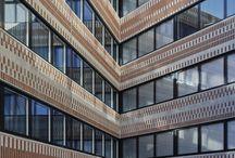 Widerströmska huset / Med rena ärliga material, en dynamisk form och ornamenterad fasad öppnar sig det nya huset och Campus Solna ut mot omvärlden och staden. Widerströmska huset som består av två huskroppar, innehåller kontor och undervisningslokaler åt Karolinska Institutet och Smittskyddsinstitutet. Den långsträckta byggnaden annonserar Campus Solna utmed Solnavägen och markerar den norra entrén. Arkitekt: KOD arkitekter
