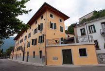PALAZZO LACCHIN- Il Borgo / primo piano, disposto su due livelli, camera con letto matrimoniale e letto singolo, bagno con doccia, cucina e soggiorno con divano letto matrimoniale.