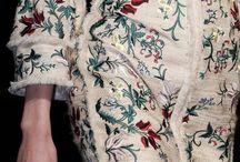 BORDADO / O último grito da moda – adoro essa expressão meio tosca, meio ótima – é o bordado. E o novo bordado vem tomando conta do guarda-roupa dos modernos e costurando o melhor do passado para renovar as energias do agora.