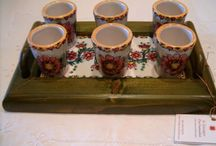 Servizio di limoncello per 6 in ceramica dipinto a mano.Vassoio in legno con piastrelle ceramiche dipinte a mano.