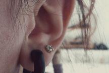 Piercings oreilles / Pour l'instant j'ai que 2 trous sur chaque lobes, et un helix sur l'oreille gauche et un tragus sur la droite.  Le mois prochain je ferais un Rook sur la gauche et un snug sur la droite :)