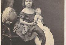 bambine con bambole