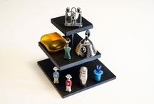 """Torres de pizarra especial para decoracion / """"La oscuridad que nos eleva"""". Completamente personalizables: acabados (biselado o serrado), esquinas (pulidas o no), número de pisos (de dos a cuatro)  e incluso se pueden tallar en ellas diminutos orificios para insertar brochetas. Ideales para utilizarlas como expositor de alimentos (cupcakes, conservas, sushi…) u otros elementos decorativos (joyas, jabones…)  *Torre de pequeño tamaño: ideal para uso doméstico, compuesta por 3 platos de 30,20y 10 cm. de diámetro."""