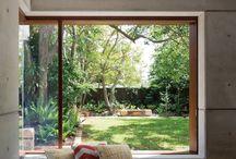 裏庭が見える窓