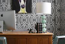 GRATA / Acest model de tapet intr-o singura culoare, pe fundalul intr-o nuanta deschisa, este inspirat de grilajele din fier forjat. Combina liniile curbe cu cele drepte si creeaza un model vertical, simplu, ce pare sa curga. E recomandat in amenajarile moderne, fiind un accent decorativ foarte puternic.
