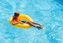 Piscines / 6 piscines au Domaine des Ormes à découvrir. Espace aqualudique couvert avec rivière sauvage et jacuzzis, unique piscine à vague de l'Ouest, parc aquatique avec toboggans et eau chauffée à 25°, piscine de l'Hôtel et deux piscines du Clubhouse.