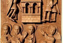 Résurrection / Haut-relief de la Résurrection avec les femmes arrivant au tombeau apportant les huiles parfumées qu'elles avaient préparées, l'ange vêtu de blanc assis sur la pierre roulée du tombeau et les soldats endormis près du tombeau vide.