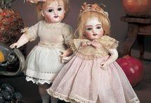 små dukker og dukker i æsker