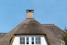 Villabouw Mattone, landelijke woning / Landelijke stijl met een breed rieten dak, een groot terras- ook onderheid-, Een prefab kelder. Naar de zolderverdieping gaat ook een vaste trap.  Klassieke exterieur en een moderne vormgegeven interieur.  Het meet zo'n 1500 m3.  Bij het metselwerk is gekozen voor een lichte baksteen met een lichte voegspecie, iets terugliggend gevoegd.  Inrichting is met behulp gekregen van interieurdesigner Derk Ruimtelijke Vormgeving uit Lunteren.  De deuren, ramen en kozijnen zijn afkomstig van Hebo.