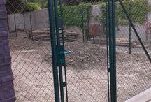 Klasické pletivo s bránkami v Rovinke / Stavba oplotenia sa realizovala okolo nového bytového domu v Rovinke. Štvorhranné pletivo rozdeľovalo malé záhradky  medzi susedmi, ktorí si tak vytvorili vlastné oázy pre relax s rodinou.