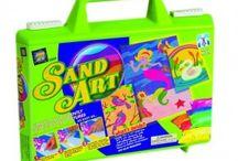 Obrazki piaskowe / Obrazki piaskowe - Kreatywna zabawa pobudzająca wyobraźnię, zwiększa samoocenę i koordynację ruchową u dzieci. Dzieci ozdabiają obrazki piaskowe piaskiem