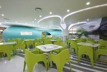 Amoje Food Capital, Seul. Projekt: Karim Rashid / Głównym założeniem projektu restauracji było stworzenie przyciągającego uwagę miejsca spotkań. W ten sposób powstała unikatowa przestrzeń, w której ludzie spotykają się nie tylko by zjeść, ale i  przyjemnie spędzić czas w towarzystwie innych. Tekst Justyna Majkowska