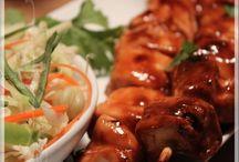 Brochettes de poulet piquantes et salade fraîcheur