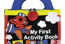 Zabawki dla najmłodszych / W naszym klubie znajdziesz mnóstwo zabawek dla najmłodszych dzieci. Są to zabawki które bawią i uczą jednocześnie. Wybrane specjalnie tak by stymulować rozwój twojego dziecka oraz rozwijać jego pasję do otaczającego świata.