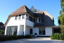 Luxe villa / Villa wit gestuct met rieten kap