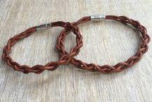 Armbänder aus Leder u anderen Bändern