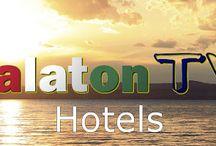 Hotels am Plattensee / Balaton TV zeigt auf dieser Seite Hotels am Plattensee, verschiedener Kategorien. Wir stellen ihnen sowohl günstige 4 - 5 Sterne Hotels direkt am See gelegen, aber auch Luxushotels mit Pool und all inclusive Angeboten vor. Ob Urlaub in Balatonfüred und Badacsony am Nordufer oder Siófok und Zamárdi am Südufer, hier finden Familien garantiert das passende Hotel in Ungarn. http://www.balaton1.tv/p/plattensee-hotels.html