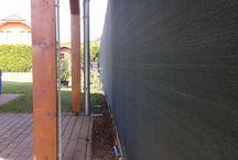 Zvárané pletivo s tieniacou tkaninou v Čiernej Vode / Toto bola zložitá zákazka... Postavili sme plot, natiahli tieniace tkaniny. Keď sme ho odovzdávali, zákazník povedal, že sa mu nepáči výška, v akej je postavený. Bolo to nemilé, ale náš zákazník je náš pán a tak sme celý plot dali dolu a postavili nanovo. Aspoň že nám zostalo pár fotiek ako referencia.