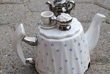Teapots with Tea on it's lid / by Nurit Zodrow