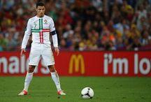 Dbaj o psychikę jak Ronaldo / Dbajcie o psychikę jak Ronaldo! Rok 2014 należał do Cristiano Ronaldo. Portugalczyk zgarnął prestiżową Złotą Piłkę FIFA. Ekspert przewiduje, że CR7 na takim poziomie może grać jeszcze 5 lat.  Wspomniany ekspert to Antonio Gaspar, fizjoterapeuta pracujący z reprezentacją Portugalii. Jego zdaniem Ronaldo jest teraz w najlepszej formie w karierze i taki poziom może utrzymać nawet przez 6 lat. Jeśli zechce, będzie miał przed sobą wiele lat gry.