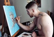 artista desnudo pintando